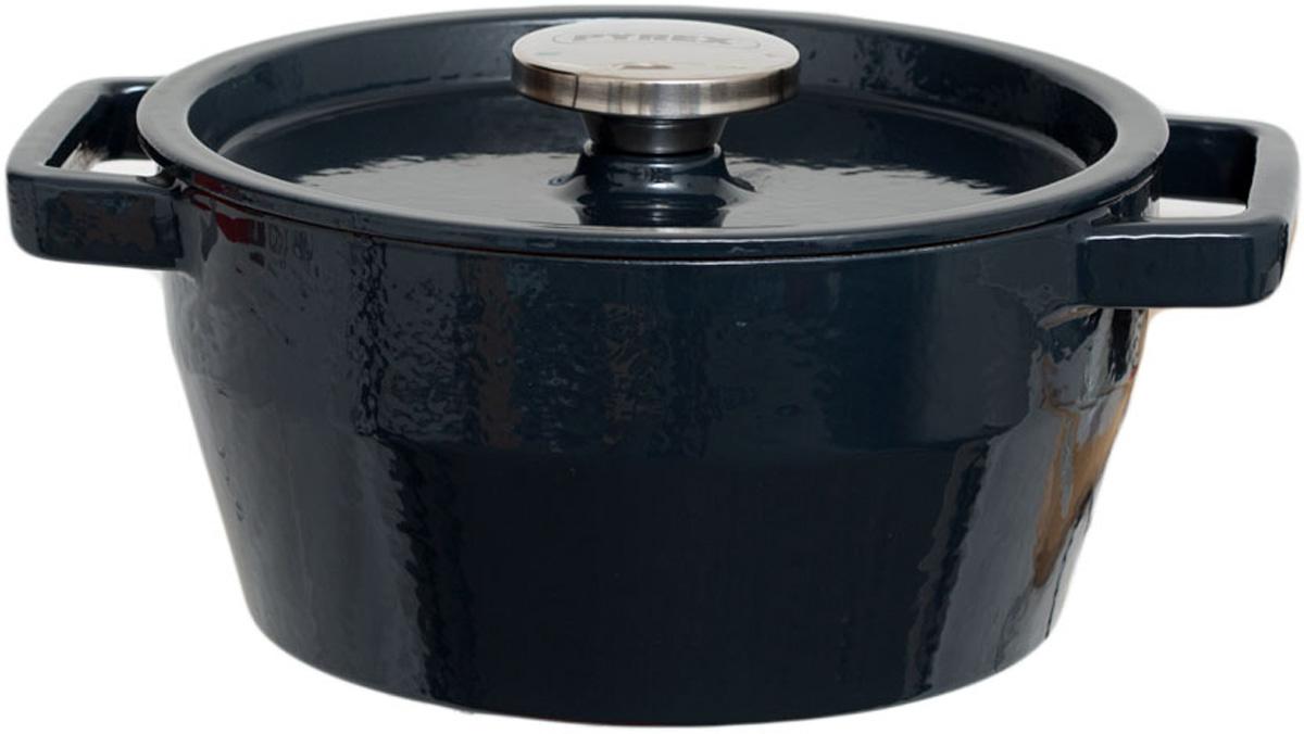 Кастрюля Pyrex с крышкой, цвет: серый, 2,2 л. SC4AC20SC4AC20Кастрюля изготовлена из высококачественного эмалированного чугуна. Толстые стенки и высокая теплоемкость посуды из чугуна позволяют разогревать ее до высоких температур и надолго сохраняют тепло, что идеально для блюд, требующих длительного тушения. Литые чугунные ручки позволяют использовать изделие в жарочном шкафу. Кастрюля имеет крышку, снабженную ручкой, которая изготовлена из нержавеющей стали. Уважаемые клиенты! Для сохранения свойств посуды из чугуна и предотвращения появления ржавчины чугунную посуду мойте только вручную, горячей или теплой водой, мягкой губкой или щёткой (не металлической) и обязательно вытирайте насухо. Для хранения смазывайте внутреннюю поверхность посуды растительным маслом, а перед следующим применением хорошо накалите посуду.
