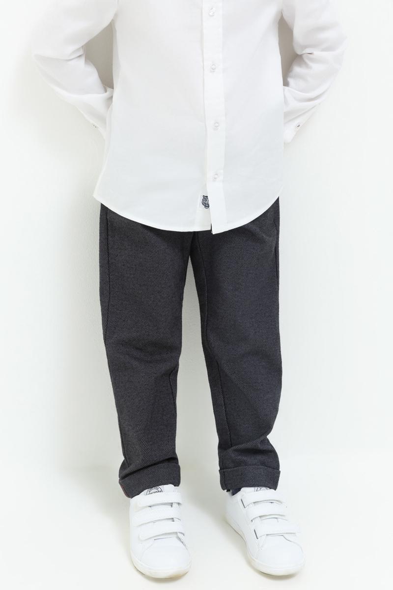 Брюки для мальчика Acoola Jake, цвет: темно-серый. 20120160135_2000. Размер 9820120160135_2000Стильные брюки Acoola идеально подойдут вашему ребенку для отдыха и прогулок. Модель, изготовленная из хлопка с добавлением эластана, дополнена спереди двумя врезными карманами и сзади двумя врезными карманами на пуговицах. Брюки на талии застегиваются на пуговицу и имеют ширинку на застежке-молнии, имеются шлевки для ремня.