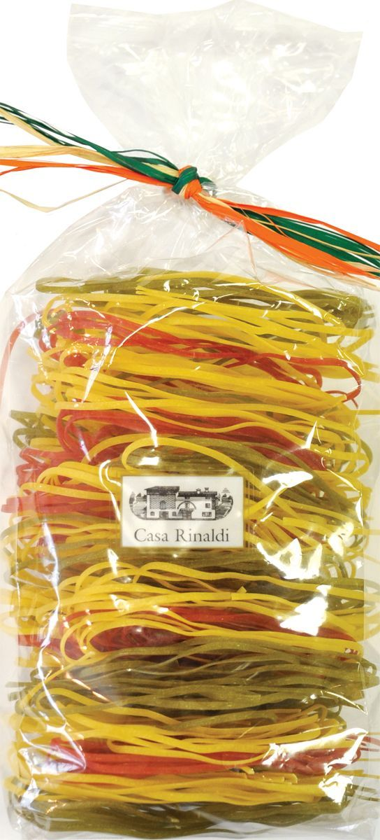 Casa Rinaldi Паста яичная Тальерини Альба трехцветная, 250 г0.1993.0096В Италии макаронные изделия разрешается изготавливать только из твердых сортов пшеницы (аналогично группе А в России). Твердые сорта пшеницы имеют большее содержание клейковины и меньшее содержание крахмала, чем мягкие. Изготовленные из них макароны имеют более низкий гликемический индекс. На качество пасты влияет время сушки и тип матрицы, которая задает форму макаронным изделиям. Срок сушки пасты Casa Rinaldi составляет около 12 часов, что в сочетании с бронзовыми фильерами придают нужную пасте пористость и шероховатость, необходимую для лучшего впитывания соуса. Для придания цвета и вкуса в пасту добавляют помидоры, и она приобретает красный цвет, шпинат (зеленый цвет), или чернила каракатицы (черный цвет)Лайфхаки по варке круп и пасты. Статья OZON Гид