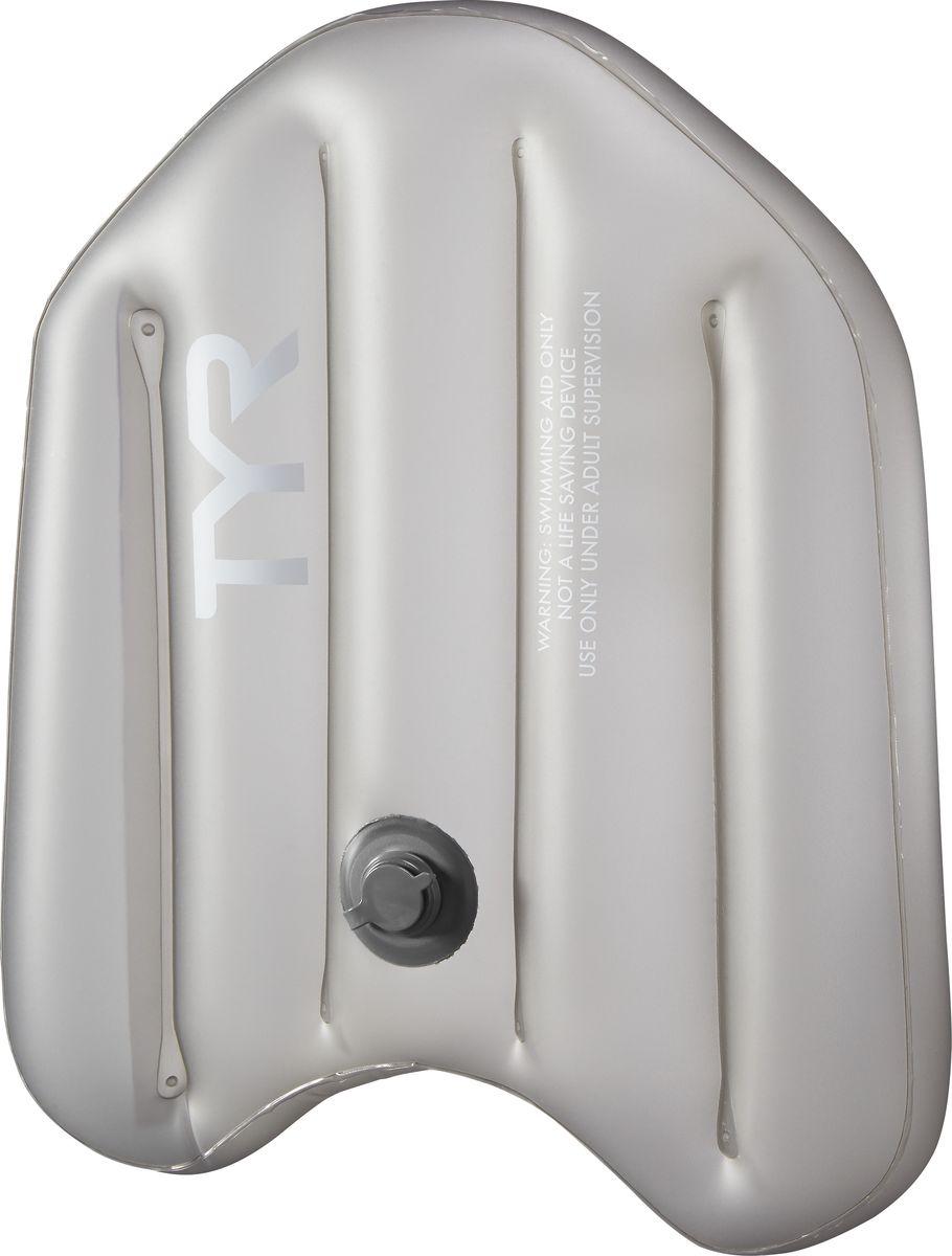 Надувная доска Tyr Inflatable Kickboard, цвет: серый. LINFLTKBLINFLTKBC новым надувным инвентарем от TYR не обязательно быть обладателем вместительного рюкзака, чтобы взять все необходимое для тренировки в бассейне. Надувная доска для плавания TYR INFLATABLE KICKBOARD занимает на 90% меньше места по сравнению с обычной доской, при этом сохраняя все достоинства традиционного тренировочного аксессуара из EVA. TYR INFLATABLE KICKBOARD помогает:• совершенствовать технику работы ног, удерживая верхнюю часть туловища на поверхности;• развивать силу ног;• развивать технику правильного дыхание у начинающих пловцов;• дополнительно разрабатывать мышцы брюшного пресса и спины при правильном хвате.Надувная доска TYR INFLATABLE KICKBOARD выполнена в классической эргономичной форме, а также обладает привычным уровнем плавучести. Система безопасного надувного клапана предотвращает утечку воздуха во время использования. Надувная доска TYR INFLATABLE KICKBOARD благодаря своей компактности является идеальным вариантом для поездок – ее удобно брать с собой. Также надувная доска станет отличным решением для профессиональных спортсменов, которым приходится иметь в своем переносном «арсенале» массу другого тренировочного инвентаря.