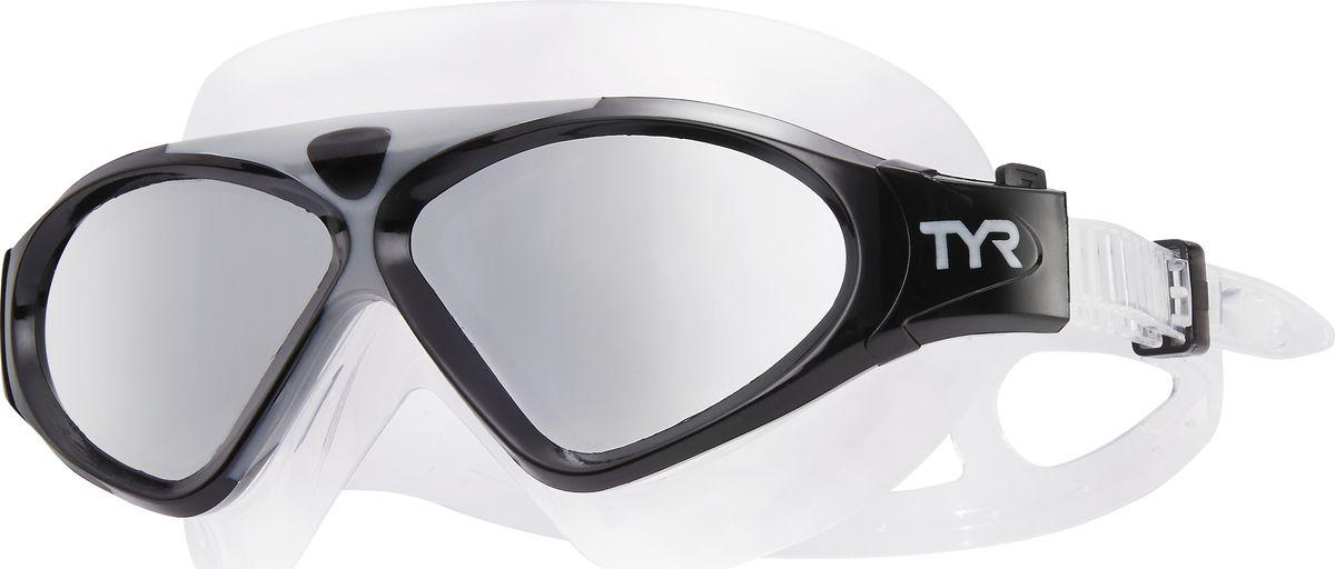 Маска для плавания Tyr Magna Swim Mask Polarized, цвет: серебристый, черный, прозрачный. LGMSMPLGMSMPМаска TYR Magna Swim Mask Polarized отлично подойдет как для занятий спортом и отдыхом на открытой воде, так и для тренировок в бассейне. Широкие поляризационные линзы защитят вас от ультрафиолетовых лучей и обеспечат ясность, оптическую точность и комфорт, отфильтровывая 99.9% от бликов с поверхности воды, которые приводят к усталости глаз.Уплотнитель и ремешок изготовленные из силикона, обеспечивают комфортную и удобную посадку маски. Легкая настройка маски позволит подобрать нужный вам размер.