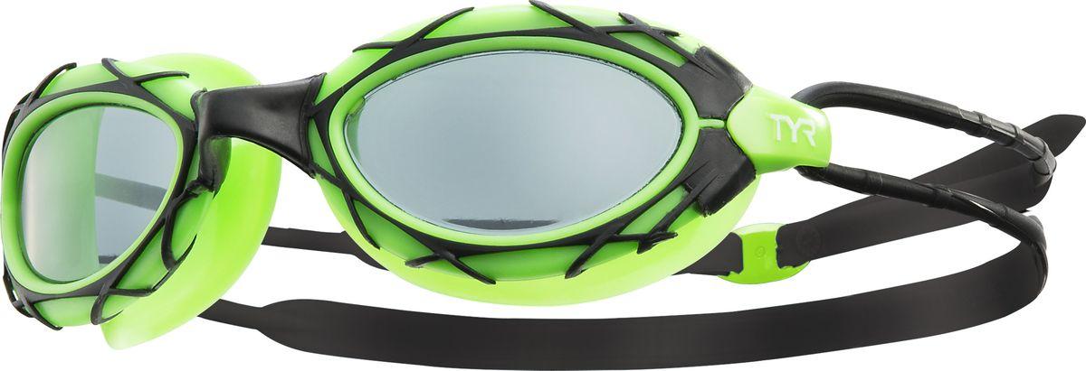 Очки для плавания Tyr Nest Pro, цвет: черный, зеленый. LGNSTLGNSTОчки для плавания TYR Nest Pro подходят как для профессионалов, так и для любителей, а также идеальный вариант для триатлона. При создании этих очков, дизайнеры TYR были вдохновлены Пекинским национальным стадионом «Птичье гнездо», которое было построено к летней Олимпиаде-2008. Мягкий силиконовый уплотнитель позволяет ощутить максимальный комфорт при длительных нагрузках, а монолитная конструкция гарантирует прочность очков для плавания. Широкий угол обзора позволяет не терять ориентацию в воде. Двойной силиконовый ремешок дает возможность максимально удобно настроить очки. Литая переносица автоматически подстроится под индивидуальные параметры лица. Линзы обработаны раствором антифог.