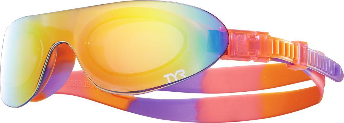 Очки для плавания Tyr Kids Swimshades Mirrored, цвет: радужный, розовый, светло-оранжевый. LGSHDMKLGSHDMKКомпания TYR выпустила стильные плавательные очки TYR SWIMSHADES и для самых маленьких пловцов. Внешняя зеркальная монолитная линза напоминает солнцезащитные очки, но при этом данная модель имеет традиционный для плавательных очков уплотнитель, сделанный по форме глаз. Легкая, обтекаемая, водонепроницаемая конструкция этих очков включает фирменный уплотнитель TYR Durafit. Мягкий износостойкий гипоаллергенный силикон, из которого создан уплотнитель, обеспечивает непревзойденный комфорт посадки, сохраняет защиту от протекания и форму в течение всего срока службы. Широкий периферический обзор и обработка линз антифогом обеспечивают оптимальную видимость в воде. Двойной ремешок очков обеспечивает надежную посадку. Удобная система подстройки настолько проста, что ваш ребенок сам сможет отрегулировать длину ремешка без посторонней помощи. В комплекте с очками вы найдете удобный тканевый мешочек для их хранения.Детские очки TYR Kids Swimshades Mirrored идеально подходят для активного отдыха и плавания на открытой воде. Очки протестированы и полностью соответствуют стандартам безопасности детской продукции