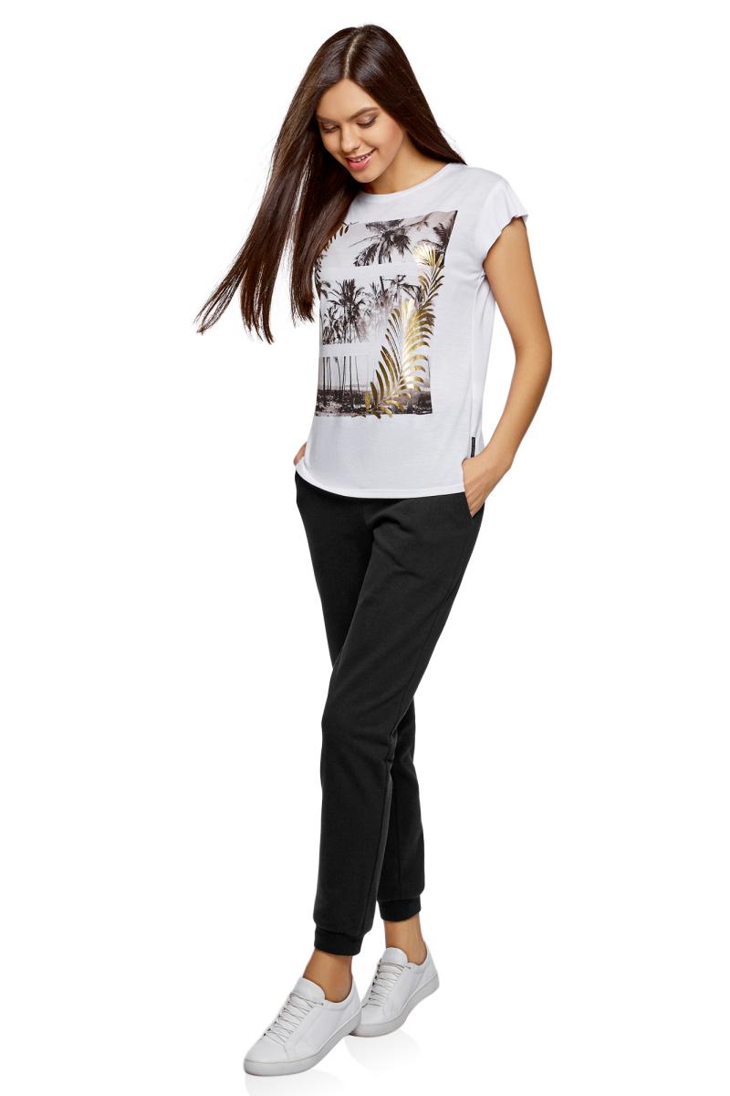 Брюки спортивные женские oodji Ultra, цвет: черный. 16700030-15B/47906/2900N. Размер XXS (40)16700030-15B/47906/2900NСпортивные брюки с широкими манжетами из хлопкового трикотажа. Брюки на широком эластичном поясе с завязками идеально сидят на талии и комфортны при ношении. В таких брюках ваши движения не стеснены. Хлопковая ткань обладает прекрасными характеристиками: дышит, гипоаллергенна, в меру тянется, подходит для разных погодных условий. Манжеты плотно облегают щиколотки, не дают брюкам задираться и защищают от ветра. Брюки хорошо смотрятся на фигурах разного типа. Стильные трикотажные брюки идеально подходят для создания спортивных образов. В этих брюках можно заниматься спортом, прогуливаться с домашним питомцем по парку. В них можно отправиться за город на пикник или активный отдых. Брюки прекрасно сочетаются с вещами спортивного стиля: толстовками, свитшотами, футболками. Из обуви лучше выбрать кроссовки или кеды. Удобные брюки для активных натур!
