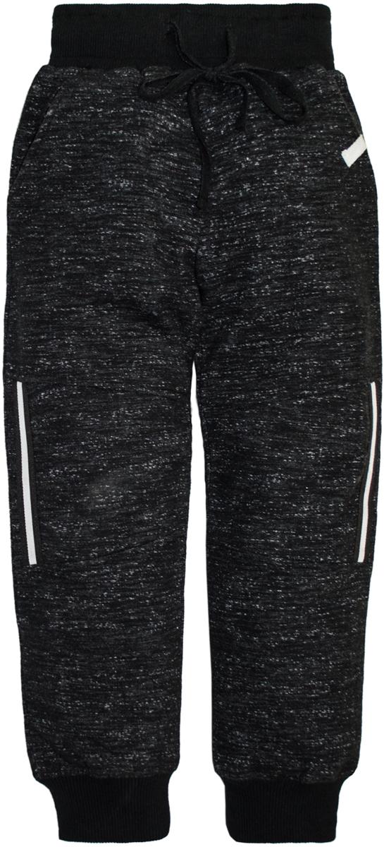 Брюки спортивные для мальчика Lets Go, цвет: черный. 10145. Размер 10410145Спортивные брюки для мальчика Lets Go выполнены из высококачественного материала. Пояс и низ брючин выполнены из трикотажной резинки. Спереди модель дополнена двумя карманами.