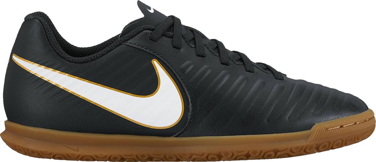Кроссовки для мальчика Nike TiempoX Rio IV (IC), цвет: черный. 897735-002. Размер 5,5 (37)897735-002Детские футбольные кроссовки для игры в зале и на поле Nike Jr. TiempoX Rio IV (IC) сочетают легкую амортизацию текстурированной синтетической кожи с удобной посадкой и резиновой подметкой для сцепления с покрытием на поле и в зале. Новый уровень посадки, касания и сцепления. Адаптивная форма обеспечивает универсальную комфортную посадку. Мягкая синтетическая кожа с подкладкой из пеноматериала для амортизации при ударе мяча. Резиновая подметка для оптимального сцепления на поле и в зале. Литая текстура обеспечивает трение для контроля мяча. Язычок прикреплен к средней части для плотной посадки на протяжении всей игры. Литая стелька для дополнительного комфорта.