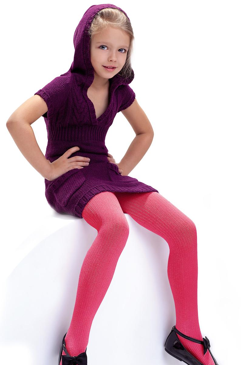 Колготки детские Knittex, цвет: малиновый. Agatka. Размер 116/122AGATKAКлассические детские колготки Knittex Agatka изготовлены специально для девочек.Плотные колготки с продольным рельефным узором в виде мелкого рубчика имеют широкую резинку и комфортные плоские швы. Теплые и прочные, эти колготки равномерно облегают ножки, не сдавливая и не доставляя дискомфорта. Эластичные швы и мягкая резинка на поясе не позволят колготам сползать и при этом не будут стеснять движений. Входящие в состав ткани полиамид и эластан предотвращают растяжение и деформацию после стирки. Однотонная расцветка позволит сочетать эти колготки с любыми нарядами маленькой модницы.Классические колготки - это идеальное решение на каждый день для прогулки, школы, яслей или садика. Такие колготки станут великолепным дополнением к гардеробу вашей красавицы.