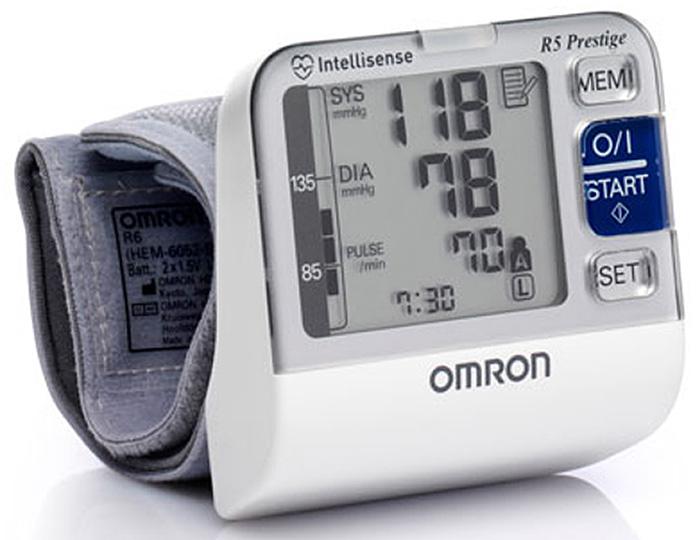 Omron R5 Prestige HEM-6052-RU измеритель артериального давления и частоты пульса автоматическийУТ000000315Датчик положения рукиУскоренное измерение – бездекомпрессионный метод.Технологияинтеллектуального измерения IntellisenseТехнология интеллектуального измерения управляет процессомнагнетания воздуха в манжету подобно врачу, прослушивая пульс, что позволяет исключить избыточнуюкомпрессию и повторное нагнетание воздуха.Клинически апробированЭлектронные тонометры OMRONобеспечивают максимальную точность измерений. Каждый тонометр OMRON имеет клинически апробированныйалгоритм измерения артериального давления.Физиологичная манжета (13,5-21,5см) обеспечивает естественное расположение прибора на руке, что способствует макси мально точному результату.Индикатор аритмииНерегулярное сердцебиение может влиять на точность результатов измерения. Алгоритмобнаружения нерегулярного сердцебиения автоматически позволяет определять надежность полученныхрезультатов измерения инеобходимость его повторения. Если во время измерения обнаружена нерегулярностьсердцебиения, но результат достоверен, то он выводится на экран вместе с индикатором аритмии. Еслинерегулярное сердцебиение приводит к недостоверному измерению, то результаты на экран не выводятся. Еслипосле процедуры измерения появляется индикатор аритмии повторите измерение. Если индикатор аритмиипоявляется часто, сообщите об этом врачу. Датчик правильного положения рукиКонтролирует правильное положение руки в процессе измерения. Индикатор движенияЕсли во время проведения измерения Вы двигались, на экране появится индикатордвижения. Повторите измерение, не двигаясь. Графический индикатор уровня АДСигнализирует совпадают ли с нормой для результатов измеренияартериального давления в домашних условиях. В случае регулярной фиксации отклонений от нормы необходимообратиться к врачу. Расчет среднего значения 3-х измерений за последние 10 минут. Память для 2 пользователейПрибор может использоваться для самоконтроля за артериальным давлениемср