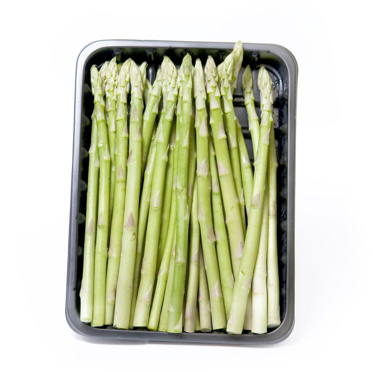 Мини Спаржа, 165 г310929Спаржа – лучший поставщик фолиевой кислоты, необходимой для формирования клеток крови, роста организма и предотвращения заболеваний печени. Спаржу, как правило, варят на пару, заправляя соусом из уксуса, масла и соли. Из верхушек овоща готовят вкусный суп-пюре, суфле и джемы. Уважаемые клиенты! Обратите, пожалуйста, внимание: изображение товара на сайте может отличаться от фактического вида товара. Фото представлено для визуального восприятия товара.