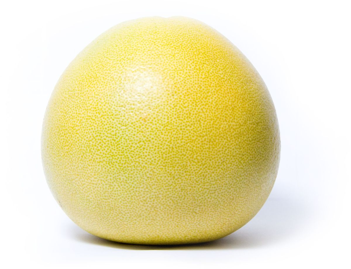 Помело, 1 шт326776Помело – разновидность грейпфрута, открытая в 18 веке. Сегодня он выращивается в Израиле, на Кубе, в Китае и Таиланде. Родиной помело считается Малайзия, и сегодня дикий помело растет на берегах рек Фуджи и Тонга. В пищу употребляется как в свежем, так и в обработанном виде. Органично сочетается с сырыми овощами и ракообразными, с домашней птицей, рыбой и белым мясом. Цедру помело используют в китайской кулинарии – в основном, для ароматизации десертов. Кожура помело очень толстая и ароматная – ее используют для приготовления мармелада. Богатый витамином С, помело обладает замечательными свойствами: он оказывает благоприятное воздействие на пищеварительный тракт и является диетическим продуктом.Уважаемые клиенты! Обратите, пожалуйста, внимание: изображение товара на сайте может отличаться от фактического вида товара. Фото представлено для визуального восприятия товара.