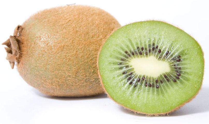 Киви, 1 кг310895По форме киви напоминает большое куриное яйцо (5-8 см длиной), покрыт мягкой кожицей с множеством ворсинок. Ее принято счищать. Мякоть его бывает зеленого или желтого цвета, с множеством темных семян. Аромат фрукта напоминает смесь ароматов клубники, банана и ананаса.Киви является хорошим источником витаминов С и Е. Кроме того, его кожица богата различными антиоксидантами.Мякоть киви содержит фермент актинидин, сходный по свойствам с папаином. Они обладают высокой способностью расщеплять животные белки. Это позволяет использовать сок фруктов, чтобы смягчать мясо (к примеру, при мариновании). А, съедая киви после сытного мясного обеда, мы значительно облегчим желудку процесс переваривания пищи.