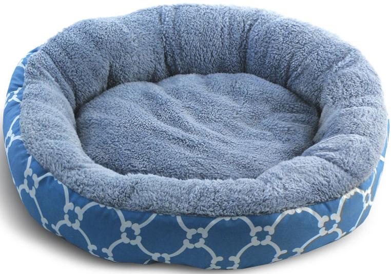 Лежанка для животных Triol Лазурный берег, круглая, цвет: голубой. Размер S, 530 x 530 x 100 мм31931031Круглая лежанка Лазурный берег - уютная, комфортная и теплая - она станет любимым местом отдыха для вашего питомца. Внешняя часть выполнена из полиэстера, внутренняя из мягкого плюша. Несъемная подушка, противоскользящее дно. Легко чистится и подходит для стирки в стиральной машине. Цвет: голубой. Размер: 530x530x100мм (S).