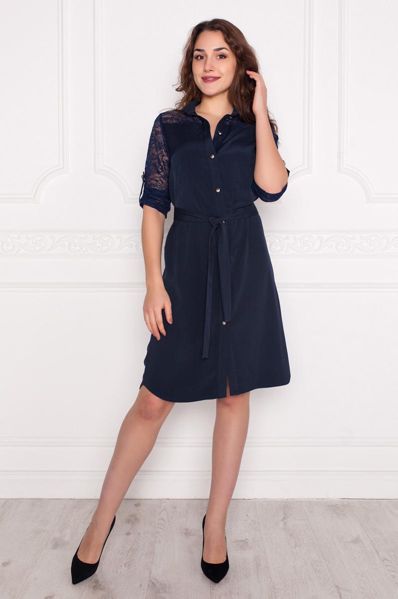 Платье Lautus, цвет: темно-синий. 1006. Размер 521006Женственное платье-рубашка от Lautus полуприлегающего силуэта выполнено из костюмного полотна и кружева в тон. Вырез горловины обработан внутренней обтачкой и дополнен воротником-стойкой. Укороченные втачные рукава выполнены в длине 3/4 и дополнены патами. По всей длине переда расположена планка с застежкой на пуговицы. Линия талии подчеркнута текстильным поясом. Верхняя часть спинки на отрезной кокетке из кружева. Подол расклешенный. Замечательное решение для создания стильного образа.
