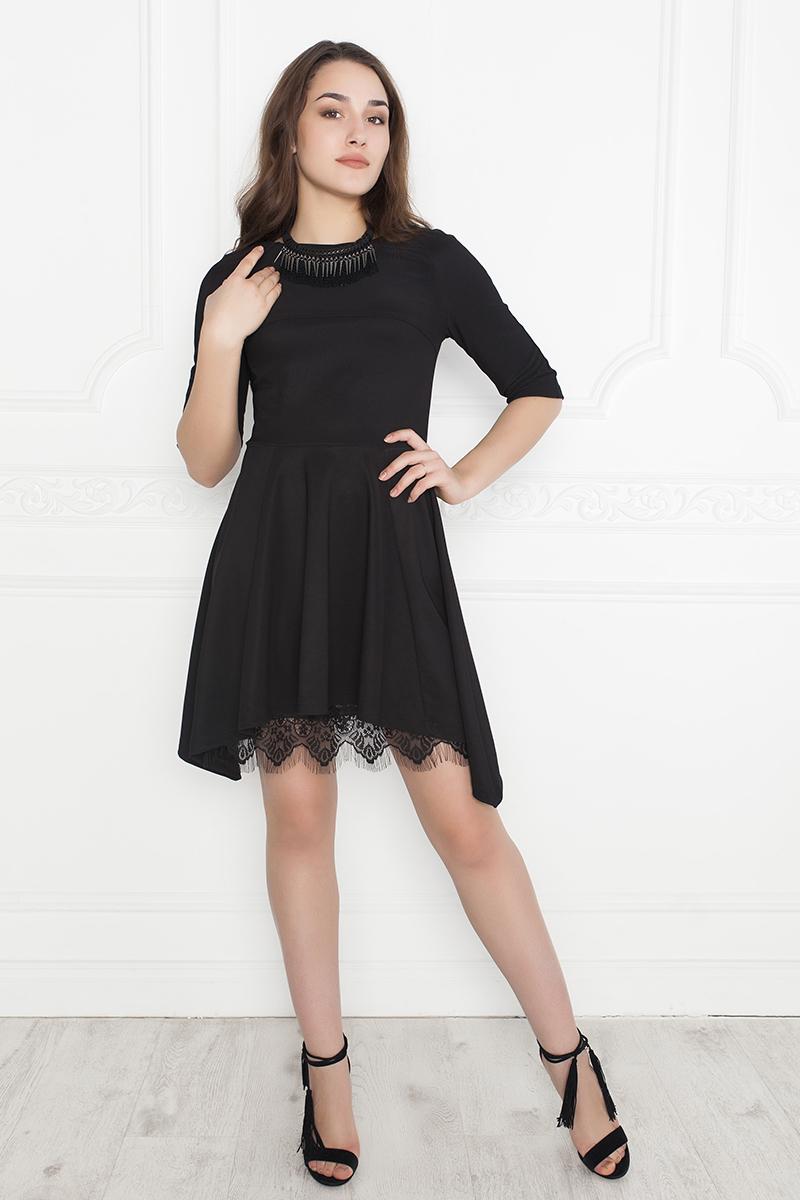 Платье Lautus, цвет: черный. 1037. Размер 441037Коктейльное платье от Lautus асимметричного покроя. Модель приталенного силуэта, отрезная по линии груди и талии. Выполнена из однотонного трикотажа. Круглый вырез горловины обработан внутренней обтачкой. Рукава фасона реглан длиной до локтя. Подол удлинен по бокам. Изюминка модели — декор из кружева по низу.
