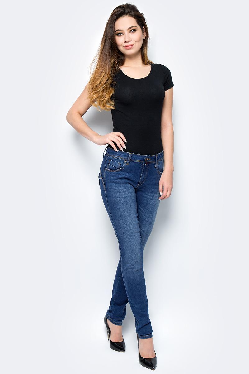 Джинсы женские F5, цвет: синий. 275037_w.medium. Размер 29-34 (44/46-34)275037_w.mediumСтильные женские джинсы F5 выполнены из высококачественных материалов. Джинсы застегиваются на металлическую пуговицу в поясе и ширинку на застежке-молнии, имеются шлевки для ремня. Изделие дополнено спереди двумя втачными карманами и одним маленьким накладным кармашком, а сзади - двумя накладными карманами. Оформлена модель контрастной прострочкой и сзади на поясе фирменной нашивкой.