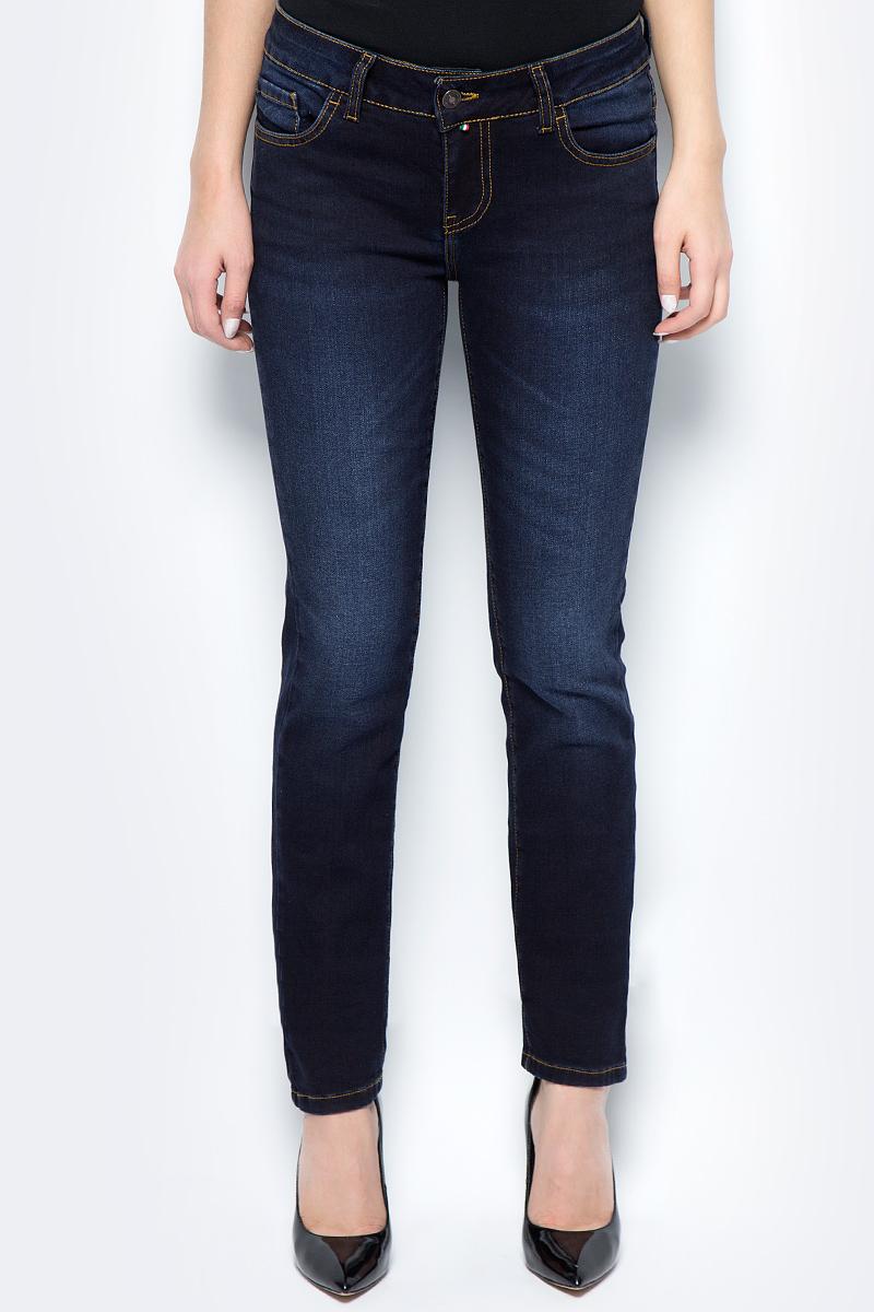 Джинсы женские F5, цвет: синий. 275035_w.dark. Размер 30-32 (46-32)275035_w.darkСтильные женские джинсы F5 выполнены из высококачественных материалов. Джинсы застегиваются на металлическую пуговицу в поясе и ширинку на застежке-молнии, имеются шлевки для ремня. Изделие дополнено спереди двумя втачными карманами и одним маленьким накладным кармашком, а сзади - двумя накладными карманами. Оформлена модель контрастной прострочкой и сзади на поясе фирменной нашивкой.