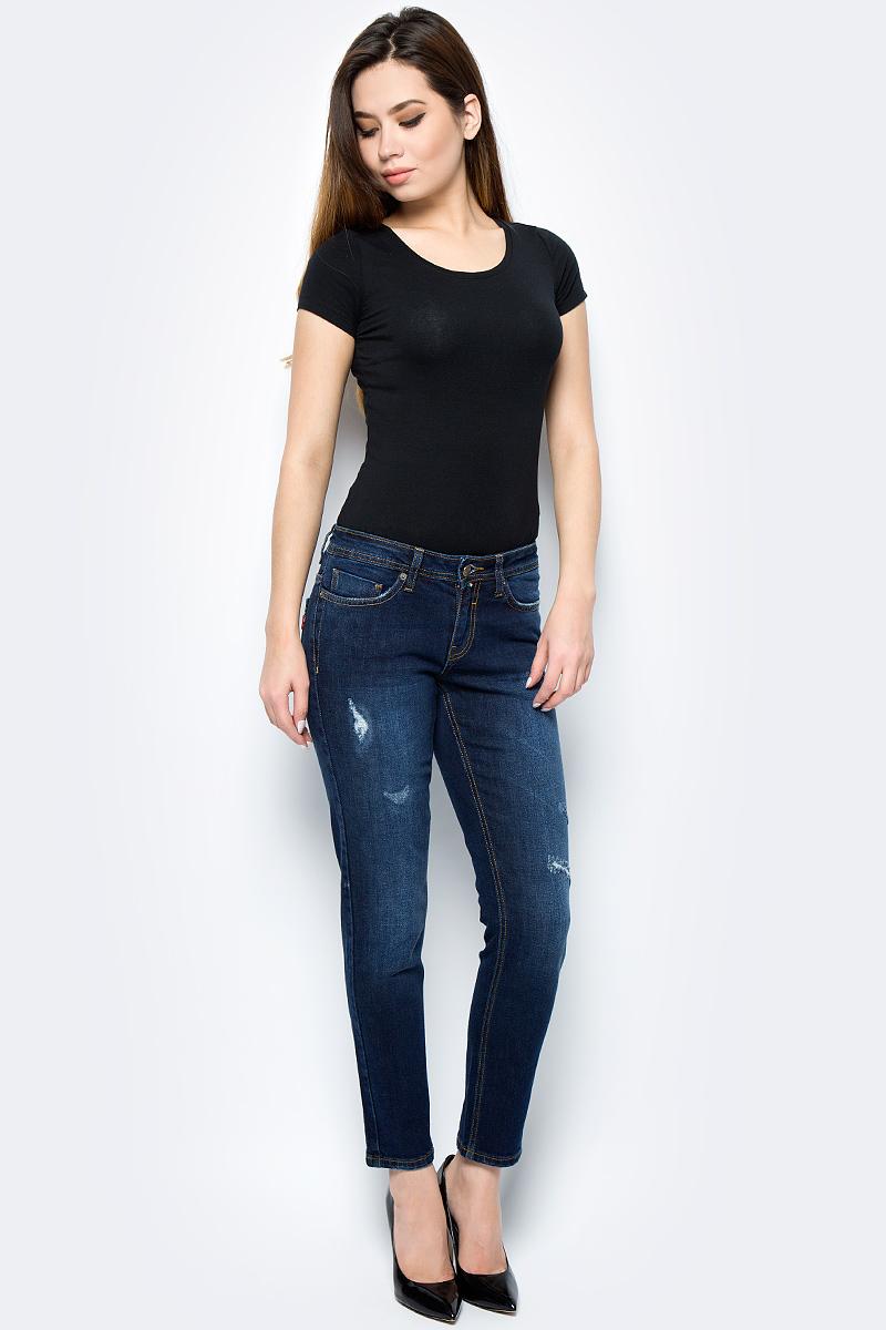 Джинсы женские F5, цвет: синий. 275007_w.dark. Размер 34-32 (50/52-32)275007_w.darkСтильные женские джинсы F5 укороченной длины выполнены из эластичного хлопка. Джинсы застегиваются на металлическую пуговицу в поясе и ширинку на застежке-молнии, имеются шлевки для ремня. Изделие дополнено спереди двумя втачными карманами и одним маленьким накладным кармашком, а сзади - двумя накладными карманами. Оформлена модель контрастной прострочкой и эффектом потертости.