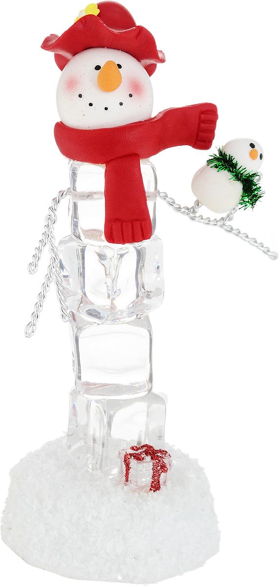 Новогодняя композиция с подсветкой Снеговик, 13 х 9 х 5 см119889Декоративная композиция, выполненная из пластика, акрила и металла в виде снеговика с подарком, оснащена светодиодной подсветкой, которая мигает разноцветными огоньками. Вы можете поставить фигурку в любом месте, где она будет удачно смотреться, и радовать глаз. Кроме того, новогоднее украшение- отличный вариант подарка для ваших близких и друзей. Работает от батарейки CR2032 (входит в комплект).