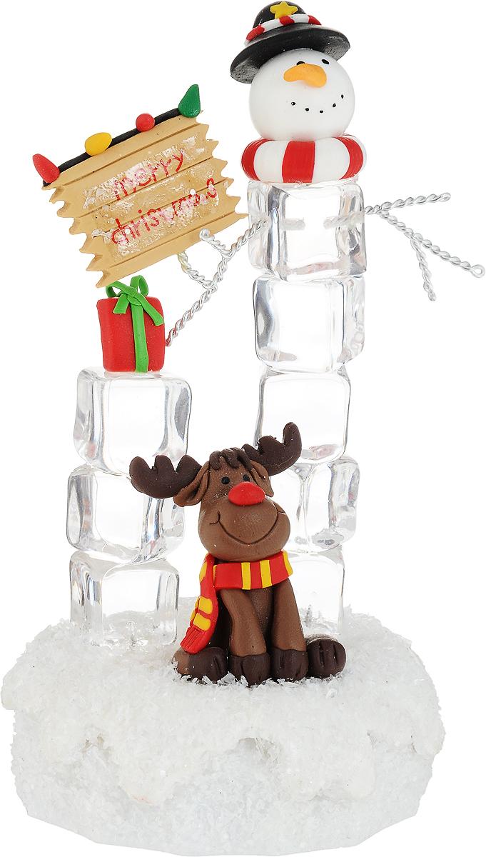 """Декоративная композиция """"Новогодний подарок"""", выполненная из пластика, акрила и металла в виде снеговика с подарком и оленя, оснащена светодиодной подсветкой, которая мигает разноцветными огоньками. Вы можете поставить фигурку в любом месте, где она будет удачно смотреться, и радовать глаз. Кроме того, новогоднее украшение  - отличный вариант подарка для ваших близких и друзей. Работает от 3 батареек типа """"ААА"""" (не входит в комплект, приобретаются отдельно)."""