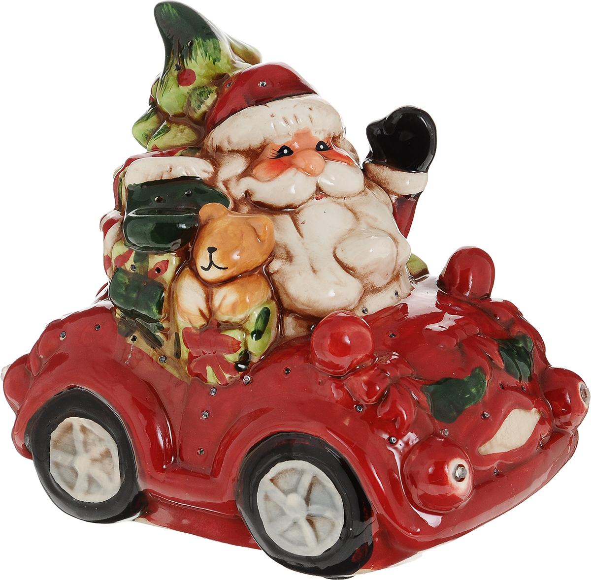 Фигурка декоративная Дед Мороз с подарками, с подсветкой, цвет: красный, 16 х 11 х 14 см119424Фигурка декоративная Дед Мороз с подарками, выполненная из керамики в виде Деда Мороза с елкой и подарками в автомобиле, оснащена светодиодной подсветкой, которая мигает разноцветными огоньками. Вы можете поставить фигурку в любом месте, где она будет удачно смотреться, и радовать глаз. Кроме того, новогоднее украшение- отличный вариант подарка для ваших близких и друзей. Работает от 3 батареек типа ААА (не входит в комплект, приобретаются отдельно).