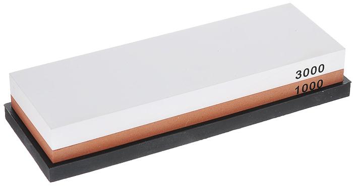 Камень точильный Hatamoto, комбинированный, # 1000/3000HS0961Комбинированный точильный камень Hatamoto предназначен для заточки кухонных ножей. Камень имеет два типа поверхности: средней зернистости (#1000) для основной заточки и мелкой зернистости (#3000) для окончательной заточки и полировки лезвия. Перед использованием камень необходимо замочить в воде на 3-5 минут. Точильный камень расположен на антискользящей силиконовой подставке. Характеристики:Материал: абразивные материалы, силикон. Размер камня: 18 см х 6 см х 2,5 см. Зернистость: # 1000/3000. Размер подставки: 6,5 см х 18,5 см х 1 см. Размер упаковки: 7 см х 19 см х 4 см. Артикул: HS0961.