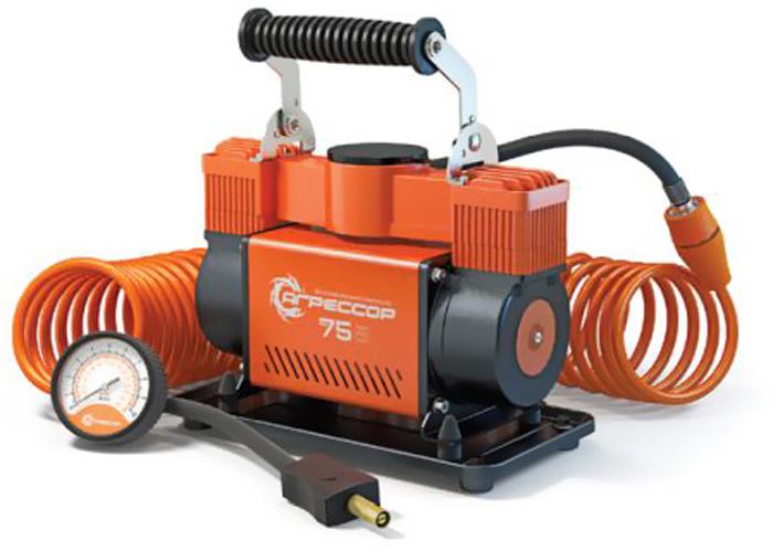 Компрессор автомобильный Агрессор AGR-75, металлический, двухпоршневой, производительность 75 л/мин, 12В, 300ВтAGR-75Производительность мощного двухпоршневого компрессора Агрессор AGR-75 составляет 75 л/мин. Характеристики компрессора позволяют быстро накачивать не только шины, но и резиновые лодки, матрацы, детские игрушки и многие другие вещи. Для накачивания различных надувных изделий в комплекте с компрессором поставляются несколько типов насадок на шланг, в том числе специальные переходники для накачивания лодок.Металлический корпус компрессора устойчив к коррозии и эффективно охлаждается во время работы. Каждый из двух поршней двигателя оснащен уплотнительным кольцом из гибкого жаропрочного тефлона, которые обеспечивают продолжительную безотказную работу насоса. Для смазки в компрессоре используется инновационное силиконовое масло. Оно сохраняет свои качества в течение всего срока службы изделия и не требует замены или доливки.Шланг компрессора изготовлен из полиуретана и поэтому не теряет эластичность даже при низких температурах. Насадка шланга покрыта термопластом, который оберегает руки от соприкосновения с металлом штуцера шланга, холодным в мороз или горячим после работы насоса. Кроме этого, в шланг встроен высокоточный двушкальный манометр и перепускной клапан, предназначенный для выравнивания давления в шинах.Питание компрессора осуществляется от аккумулятора автомобиля, к которому он подключается через зажимы АКБ. От перегрева изделие защищает термореле, которое выключает компрессор при достижении критической температуры и автоматически включает его после охлаждения.Комплектация:- насос поршневого типа,- шланг-удлинитель с двушкальным манометром и перепускным клапаном,- встроенный плавкий предохранитель,- набор переходников для накачивания велосипедных шин, мячей, матрацев,- набор переходников для накачивания лодок,- брезентовая сумка,- руководство по эксплуатации.