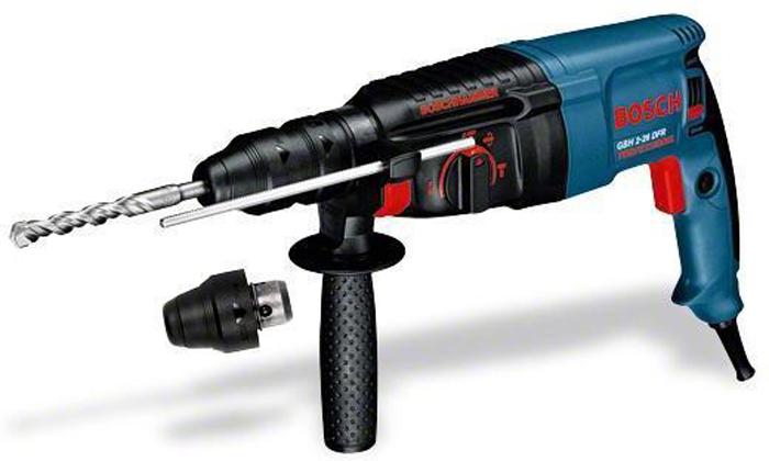 Перфоратор Bosch GBH 2-26 DFR0611254768Домашний помощникПроизводитель ручного инструмента Bosch для использования как в быту, так и на производстве. Перфоратор предназначен для создания отверстий в металле, в дереве и других твердых материалах. В режиме «сверление с ударом» или «долбление» инструмент способен продолбить отверстие в бетоне, кирпиче, керамике.Отличная производительностьПри относительно не сложных видах работ, а также при эксплуатации инструмента на высоте вам необходим сравнительно легкий и производительный перфоратор. Именно таким являетсяот производителя Bosch. Весом 3.4 кг, он снабжен мощным двигателем 800 Вт и длинным сетевым кабелем 3.4 м. Модель имеет функцию удара с энергией 3 Дж, частотой 4000 уд/мин., что делает его отличным «убийцей» бетона и кирпича.Долбить или сверлитьСамым популярным режимом большинства перфораторов является режим «сверления с ударом», при котором рабочая оснастка получает одновременно оборотные и поступательные движения, таким образом делая отверстие в твердых материалах. В режиме удара («долбление») оборотные движения рабочего элемента отсутствуют, остаются только ударные, и наш перфоратор превращается в отбойный молоток, способный разрушать кирпич, камень и монолитные стены.SDS-патронУниверсальный патрон SDS-Plus позволяет закрепить зубило (и другие насадки) в разных положениях и обеспечивает удобную работу в труднодоступных местах.Диаметры сверленияэто: по дереву – 30 мм, по металлу – 13 мм, по бетону (кирпичу) – 26 мм, полой коронкой – 68 мм.Полезные мелочиВ Bosch предусмотрен ряд дополнительных конструктивных решений для более удобной эксплуатации: ограничитель глубины, дополнительная рукоятка, реверс, регулировка частоты вращения, предохранительная муфта, блокировка кнопки включения.
