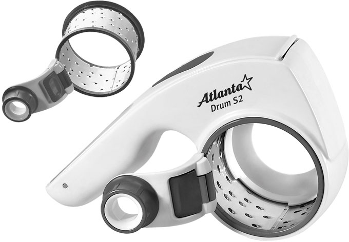 Atlanta ATH-392 терка роторнаяATH-392Терка Atlanta ATH-392 позволяет приготовить стружку или крошку из твердого сыра, шоколада, орехов или чеснока. Нужно просто поместить продукт в отверстие и вращать ручку. Продукт расходуется полностью, без остатков. Терка оснащена двумя высокопрочными ножами из нержавеющей стали для любых типов нарезок. Конструкция легко разбирается для полноценной очистки. Терка Atlanta ATH-392 являет собой стильный, красивый и оригинальный кухонный аксессуар, чрезвычайно удобный в использовании. Подходит для правшей и левшей. Можно мыть в посудомоечной машине.