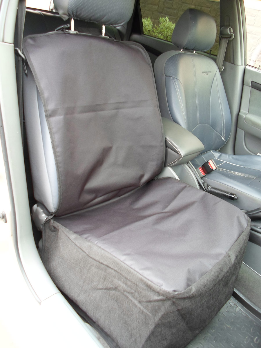 Накидка защитная для животных AvtoPoryadok, на переднее сиденье, цвет: черный, 110 х 49 смL005/A_оранжевый, бежевыйС защитной накидкой для перевозки животных на переднее сидение, вам никогда не придется беспокоиться о загрязнении обивки салона автомобиля от ваших домашних животных. Чехол изготовлен из прочного, тяжелого материала (ткань ПВХ 600 Дэн) и имеет водонепроницаемую основу. Это прекрасный способ держать свой автомобиль в чистоте.Защитная накидка для позволяет взять с собой домашних животных и не беспокоиться: длинные или короткие расстояния автомобиль будет защищен от запахов и грязи.Защитная накидка идеально подходит для всех типов транспортных средств: малолитражных автомобилей, микроавтобусов и внедорожников.Защитную накидку можно стирать в стиральной машинке при 30°С. Надевание чехла занимает считанные секунды, просто застегнуть ремни вокруг подголовников автомобиля, а специально разработанные отверстия для обеспечения легкого доступа для ремней безопасности, позволят Вашему питомцу сидеть на переднем сиденье.