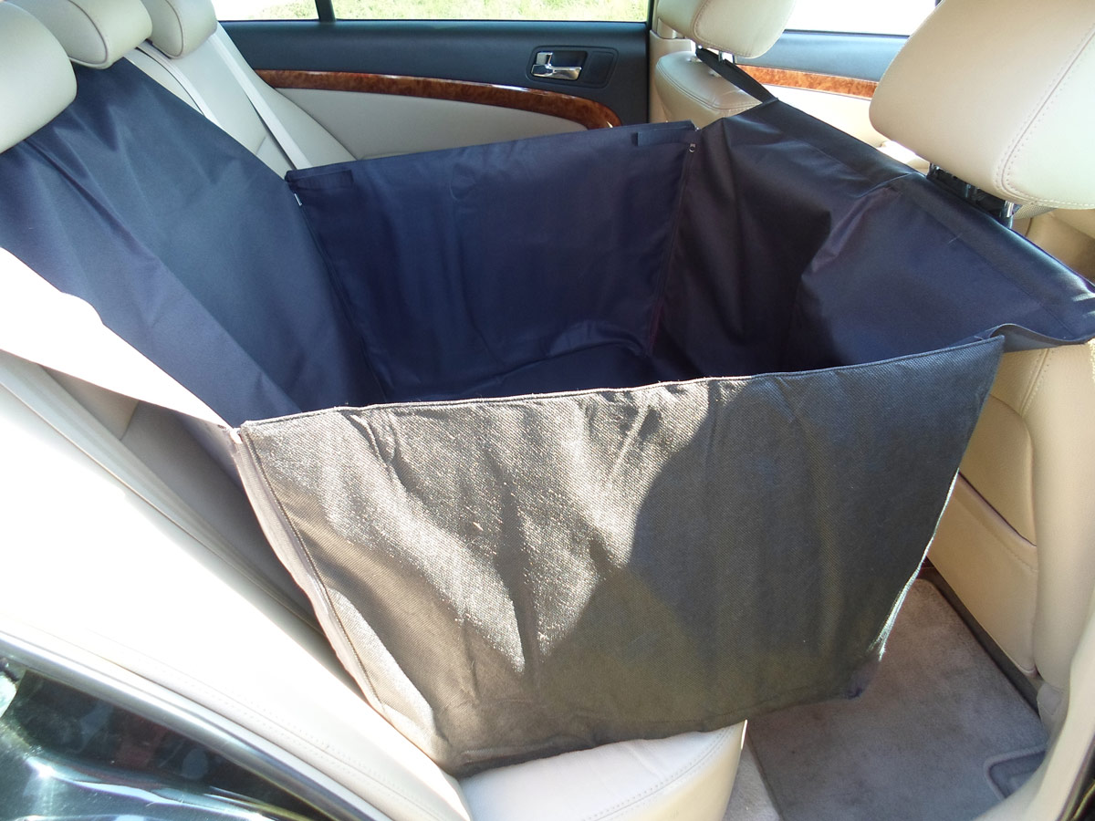 Автогамак для животных AvtoPoryadok, на 1/2 сиденья, с защитой дверей, цвет: черный, 165 х 72 х 40 смS17103BlОчень удобный гамак с мягкими боковыми стенками для защиты вашего автомобиля и обивки сидений от грязи и когтей при перевозке собак. Высокопрочная ткань ПВХ600D с пропиткой, водонепроницаемая, не скользит. Регулировочные ремни обеспечивают надежную фиксацию. Легко и просто устанавливается: проденьте фиксирующие ремни через подголовники переднего и заднего сидений (крепление фастекс), отрегулируйте длину. Боковые стенки можно застегнуть на застежку молнию (всего 4 разъемных молнии, дополнительно фиксируются липучкой, чтобы молния не расстегнулась) и накидка превратится в одноместный гамак (приобретет форму квадратной корзины), а можно опустить их как покрывало.Размеры накидки: 1650 см. x 720 см. х 40 см. (ДхШхВ)Ткань: ПВХ 600Д (не промокает)Производство: Россия