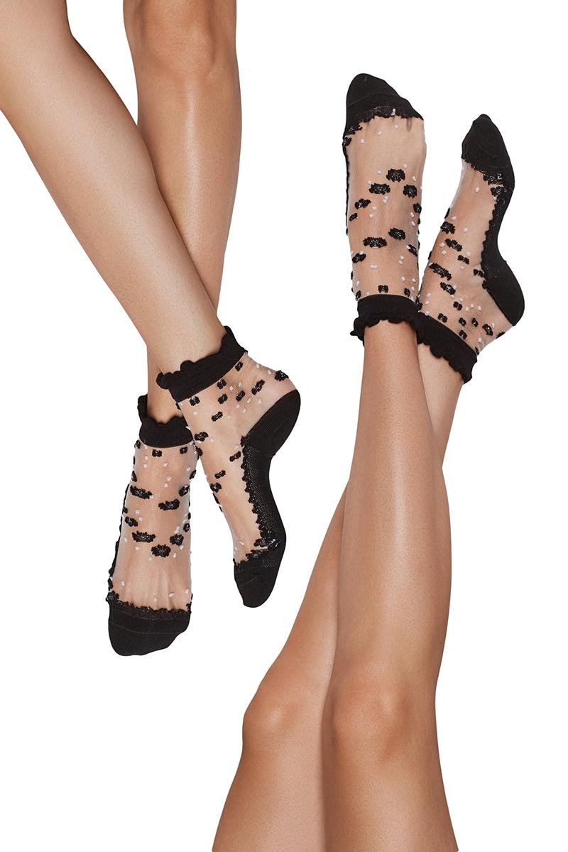 Носки женские Nothing but Love, цвет: черный, прозрачный, 2 пары. 202504. Размер 35/38202504Кружевные носки с их милыми оборками и модели из ажурного нейлона считаются самым женственным носочным трендом. В этом сезоне их сочетают с любой обувью, будь это строгие туфли, босоножки, слипоны или эспадрильи. Подобные модели пришлись по вкусу Рианне, Пэрис Хилтон, Линдси Лохан.Ажурные носочки выполнены из мягкой, гладкой, приятной на ощупь ткани, которая слегка тянется. Основа материала - сеточка, за счет чего модель хорошо пропускает воздух. Нижняя часть носочка вышита гладью, а пяточки и пальцы - из контрастной плотной и эластичной ткани. Благодаря этому они хорошо держат форму.Верх модели отделен ассиметричной полоской из аналогичного материала, которая создает видимость рюш.Носки декорированы цветочным принтом по всему изделию. Сделано украшение с помощью ниток мулине и люрексовых.В комплект входят 2 пары носков.