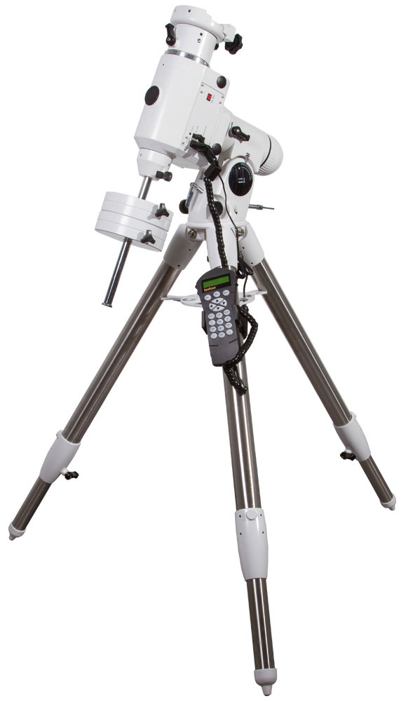 Sky-Watcher EQ6 PRO SynScan GOTO Монтировка со стальной треногой67856Sky-Watcher EQ6 PRO SynScan GOTO – это экваториальная монтировка для визуальных наблюдений иастрофотографии. Данная модель выдерживает телескопы и фотооборудование общим весом до 20 кг.Противовесы обеспечивают устойчивое положение оптической трубы. Благодаря системе автоматическогонаведения монтировка очень проста в управлении.Монтировка снабжена встроенными моторными приводами по обеим осям. Прецизионные червячные передачии подшипники качения в опорах осей обеспечивают плавное и точное перемещение телескопа. База данныхсодержит координаты 13 000 небесных тел. Достаточно выбрать любое из них, нажать на кнопку на пультеуправления, и монтировка автоматически наведет трубу на объект.На корпусе монтировки имеются порты для присоединения к компьютеру и для подключения автогида.Монтировка устанавливается на стальную треногу, обеспечивающую устойчивое положение конструкции.Высота ножек треноги регулируется.Тренога стальная Высота треноги: 850–1470 мм Тип управления телескопом: электроприводы обеих осей, автонаведение Тип монтировки: экваториальная, немецкого типа Максимальная нагрузка: 18,2 кг Система установки и позиционирования SynScan Тип привода: шаговые двигатели 1,8 градуса на шаг, 64 микрошага на 1,8° Передаточное отношение: 705 Длина штанги противовеса, мм: 285 Диаметр штанги противовеса: 18 мм Вес противовесов: 2x5,1 кг Скорости наведения: до 3,4 градусов в секунду (800x) Точность позиционирования: до 1 угловой минуты Коррекция периодической ошибки (PEC) Возможность подключения к ПК Системные требования ОС: Windows 95/98/2000/XP/Vista/7/8/10; подключение USB-адаптера к компьютеручерез последовательный порт (RS-232) Порты RS-232, порт для автогида Источник питания: 11–15 В/ 2 А постоянного тока Крепление ласточкин хвост Диапазон рабочих температур: –30...+50°С