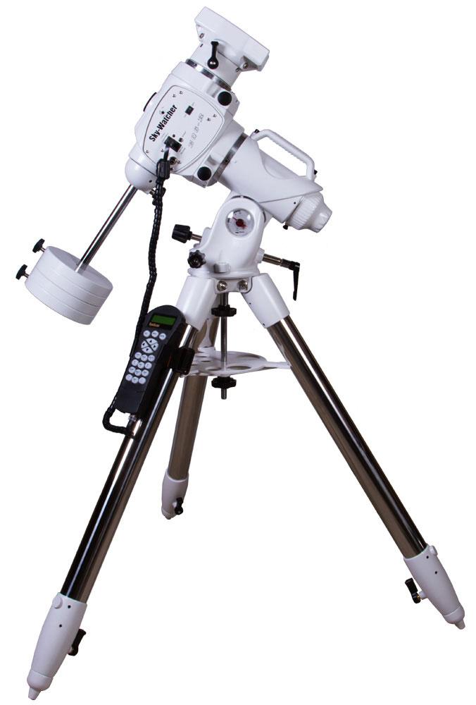 Sky-Watcher EQ6-R SynScan GOTO Монтировка со стальной треногой69812Sky-Watcher EQ6-R SynScan GOTO – экваториальная монтировка с системой автонаведения SynScan GOTO. Отпредыдущей модификации эту монтировку отличает увеличенная скорость слежения и более высокоепередаточное число. Изменился и дизайн монтировки. А поклонники астрофотографии оценят появлениеSNAP-порта, через который можно удаленно управлять затвором подключенной фотокамеры. Sky-Watcher EQ6- R SynScan GOTO отлично проявит себя и при визуальных наблюдениях, и в астрофотографии.Встроенный пульт автонаведения SynScan включает координаты 42 000 астрономических объектов.Автонаведение позволяет без участия пользователя наводить телескоп на звезды, планеты, туманности игалактики. Все астрономические объекты сгруппированы по разделам, благодаря чему вы быстро найдете тот,что вас заинтересовал.Монтировка выдерживает оборудование весом до 20 кг. Помимо оптической трубы на нее можно спокойноустановить фотокамеру и сопутствующие аксессуары. Для удобной транспортировки монтировка имеетвстроенную ручку. В комплект поставки включена стальная тренога с лотком для аксессуаров. Высоту ее ножекможно регулировать.Грузоподъемность монтировки: 20 кг. Высокая скорость наведения. Постоянная коррекция периодической ошибки (PEC). Встроенный SNAP-порт. Ручка для переноски. Стальная тренога.Тип монтировки: экваториальная, немецкого типа. Тренога опоры из нержавеющей стали диаметром 44,45 мм, вес: 7,5 кг. Штанга противовесов диаметр: 18 мм, длина: 240 мм + 180 мм. Тип управления телескопом: электроприводы обеих осей, автонаведение. Электродвигатели: гибридные шаговые двигатели (1,8°/шаг). Редуктор: червячная передача (180:1) + зубчатая ременная передача (48:12) + шаговый двигатель (64 микрошага /1,8°). Диапазон регулировки положения по высоте (широте месте наблюдения): от 5° до 65°. Диапазон регулировки положения по азимуту (приблизительно): ±9°. Передаточное число: 720. Разрешение: 9 216 000 шагов / оборот, прибл. 0,14 угл.с.Максима