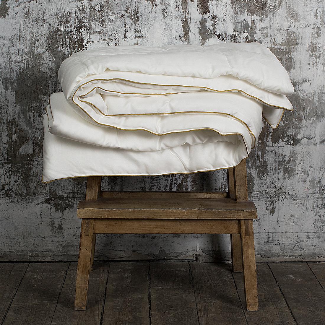 """Легкое одеяло William Roberts """"Sensual Tencel"""" с наполнителем из эвкалиптового волокна  подарит вам спокойный и здоровый сон. Эвкалиптовое волокно обладает антибактериальными свойствами и абсолютно  гипоаллергенно. Отлично впитывает и испаряет влагу, обеспечивает великолепный  теплообмен. Чехол одеяла выполнен из эвкалиптового сатина (100% тенсел). Одеяло простегано  и окантовано. Стежка надежно удерживает наполнитель  внутри и не позволяет ему скатываться.   Плотность наполнителя: 150 г/м2. Размер: 155 х 200 см."""