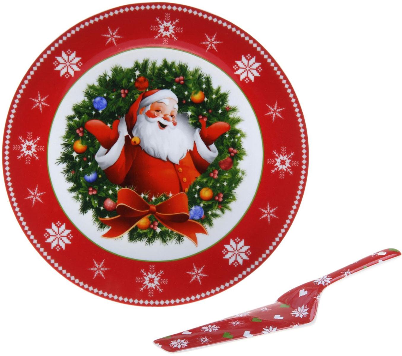 Тортовница Доляна Дед Мороз, с лопаткой1113420Неизменным атрибутом любого праздничного стола будет сладкий торт или прекрасный пышный пирог. И под это великолепие следует подбирать исключительно красивую посуду! Тортовница d=27 см с лопаткой Дед Мороз— выбор всех, кто ценит красоту, изящество и функционал. Оптимальный диаметр 27 сантиметров позволит с комфортом разместить пирог, торт, пирожное или домашнее печенье. Компактная лопатка поможет с лёгкостью разложить сладости по тарелкам ваших гостей. Яркий дизайн и сочные цвета будут радовать глаз и поднимать настроение при каждом использовании. Благодаря красивой подарочной коробке тортовницу можно преподнести в качестве подарка на свадьбу, день рождения или просто так, без повода, чтобы порадовать дорогого вам человека.Керамическая посуда будет служить долгие годы и станет неотъемлемой частью каждого праздника.