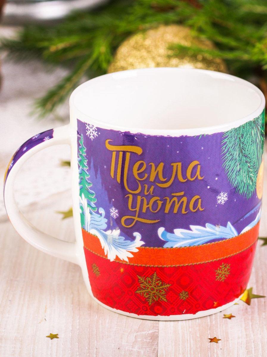Такая кружка — универсальный подарок на Новый год! Яркие краски и весёлые изображения будут долго радовать получателя. Стильный зимний рисунок нанесён на ручку и внутреннюю стенку изделия. Керамическая кружка упакована в подарочную картонную коробочку с яркой картинкой и местом для имён дарителя и получателя. Радуйте вместе с нами!