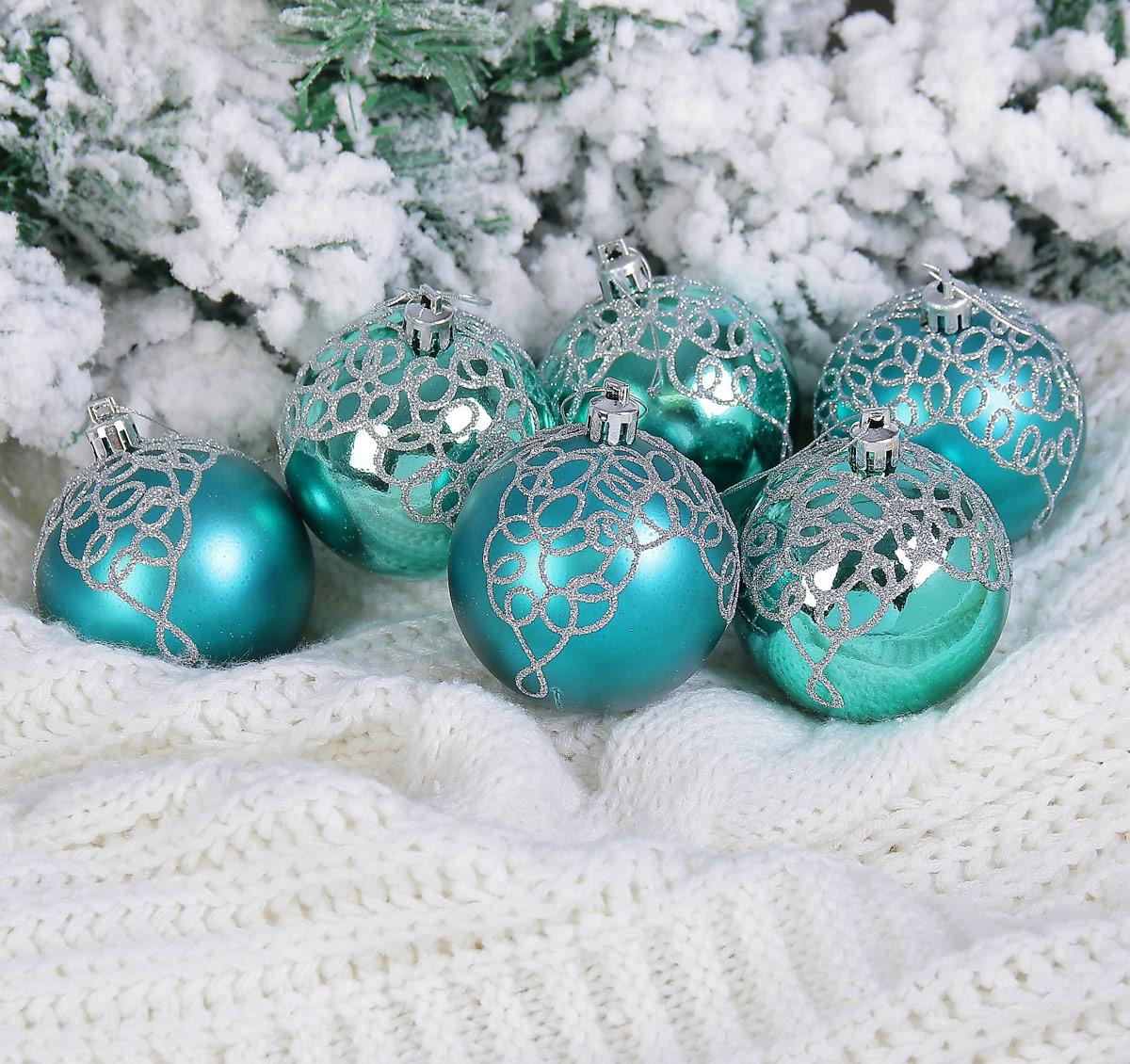 Набор новогодних подвесных украшений Sima-land Кружева, цвет: изумрудный, диаметр 7 см, 6 шт2122940Елочная игрушка - символ приближающегося праздника. Она послужит прекрасным подарком как для ребенка, так и для взрослого, а также дополнит новогодний интерьер. Шары будут отлично смотреться на праздничной елке.