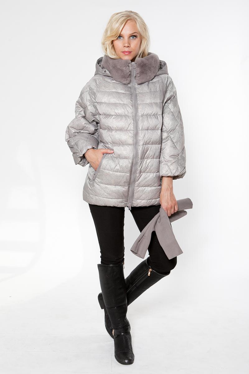 Куртка женская Elfina, цвет: бежевый. 15052_SS. Размер 4615052_SSКуртка - пуховик выполнена из плащевой мягкой ткани с грязе- и водонепроницаемым покрытием. Модель с капюшоном и съемным меховым воротником из шиншиллы. Спереди куртка застегивается на молнию и дополнена двумя прорезными карманами на застежках-молниях. Рукава длины 7/8, прилагается дополнительно длинный прикотажный манжет с отверстием для пальца.