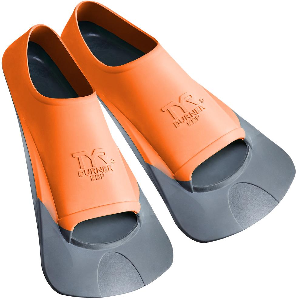 Ласты Tyr Ebp Burner Fin, цвет: серый, оранжевый. Размер XS. LFBPLFBPЛасты TYR являются незаменимым аксессуаром для тренировки. Ласты изготовлены из высококачественной резины, которая не натирает кожу и прекрасно растягивается. Достаточно жесткие лопасти позволяют создать мощную тягу в воде при естественном темпе работы ног. Специальный узор на поверхности подошвы позволяет получить надежное сцепление с поверхностью бассейна. Укороченная форма ласт позволяет развивать силу ног при сохранении естественного темпа их работы. Ласты отлично подходят для тренировки работы ног в спринте, а также для повышения качества работы ног во время обучения плаванию.