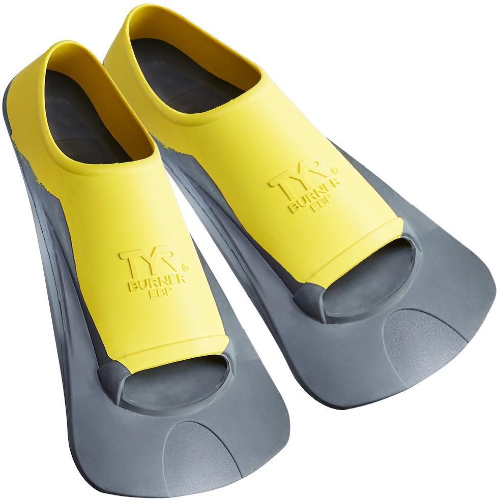 Ласты Tyr Ebp Burner Fin, цвет: серый, желтый. Размер M. LFBPLFBPЛасты TYR являются незаменимым аксессуаром для тренировки. Ласты изготовлены из высококачественной резины, которая не натирает кожу и прекрасно растягивается. Достаточно жесткие лопасти позволяют создать мощную тягу в воде при естественном темпе работы ног. Специальный узор на поверхности подошвы позволяет получить надежное сцепление с поверхностью бассейна. Укороченная форма ласт позволяет развивать силу ног при сохранении естественного темпа их работы. Ласты отлично подходят для тренировки работы ног в спринте, а также для повышения качества работы ног во время обучения плаванию.