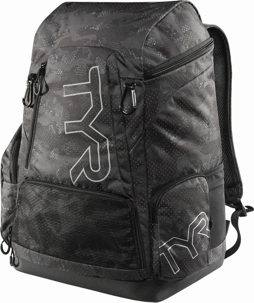 Рюкзак Tyr Alliance 45L Backpack Camo Print, цвет: черный, серый. LATBPCMOLATBPCMOРюкзак TYR Alliance 45L Backpack – новая версия рюкзака Alliance Team Backpack 2 с более современным дизайном и увеличенным рабочим пространством. Рюкзак сконструирован для пловцов: есть отделение для влажных и сухих вещей, имеются передние и боковые карманы, защитное пространство для крупной электроники, регулируемые ремни, 2 карабина-крючка для подвешивания вещей или сеток.Рюкзак разработан с использованием технологичных тканей, чтобы обеспечить легкость, прочность и водостойкость.