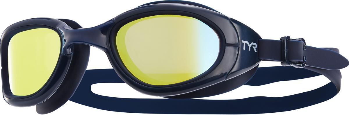 Очки для плавания Tyr Special Ops 2.0 Polarized, цвет: синий, золотой. LGSPLLGSPLБудь лучшим, или сиди дома. TYRSpecialOPS 2.0 Polarized – наши самые лучшие очки для универсального использования. Они идеально подойдут для триатлона, открытой воды, или тренировок в бассейне. Имеющие в своем арсенале поляризационные линзы, обеспечивают ясность, оптическую точность и комфорт, отфильтровывая 99.9% от бликов с поверхности воды, которые приводят к усталости глаз.Очки TYRSpecialOPS 2.0 имеют прочный, силиконовый, гипоаллергенный уплотнитель, который сохраняет защиту от протекания и форму в течение всего срока службы. Линзы во всех очках серии TYRSpecialOPS 2.0 уже обработаны средством предотвращающим запотевание линз, что исключает необходимость в течение продолжительного времени повторное использование спрея. Объединённая конструкция переносицы идеально подходит под разные типы строения лица, также очки обладают широким периферическим обзором для оптимального видения в воде.