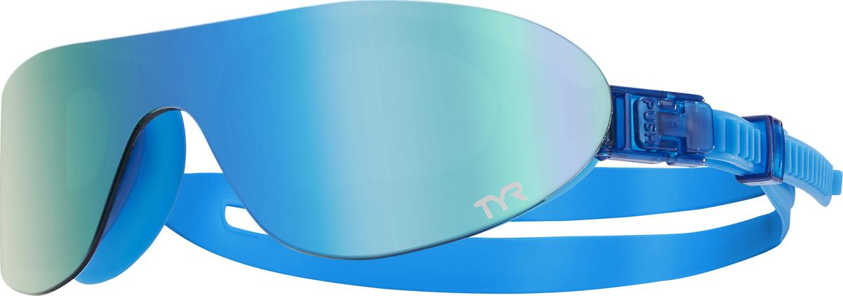 Очки для плавания Tyr Swim Shades Mirrored, цвет: зеленый, синий. LGSHDMLGSHDMНовые стильные плавательные очки TYR Swim Shades Mirrored.Внешняя линза сделана монолитом, напоминающая горнолыжную маску или спортивные солнцезащитные очки. Широкий угол обзора для оптимального видения в воде. Силиконовые уплотнители сделаны по форме глаз и хорошо присасываются, что позволяет очкам плотно прилегать к лицу. Двойной ремень из жесткой резины не дает возможности соскользнуть с головы, а регулирующие клипсы при легком надавливании позволяют подогнать нужный вам размер резинки, чтобы очки не слишком сильно давили на глаза. Очки обработаны антифогом, зеркальные линзы защищают от солнечных лучей.