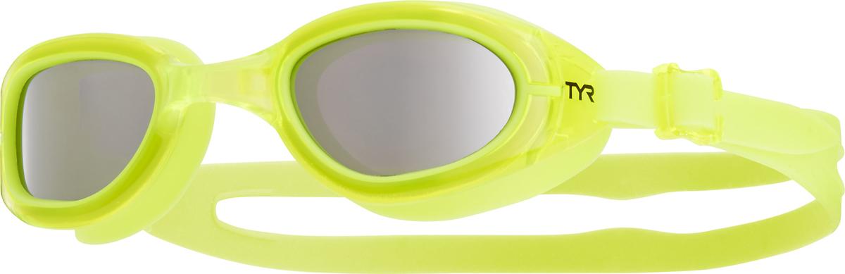 Очки для плавания Tyr Special Ops 2.0 Jr. Polarized, цвет: серебристый, желтый, желтый. LGSPJRLGSPJRБудь самым быстрым с очками Special Ops 2.0 Junior Polarized, какой бы вид плавания ты не выбрал! Special Ops 2.0 Junior Polarized – наши самые лучшие очки для универсального использования. Они идеально подойдут для триатлона, плавания на открытой воде или тренировок в бассейне. Посадка очков для плавания Special Ops 2.0 Junior Polarized, создана специально для юных пловцов и рекомендована для подростков в возрасте от 10 до 16 лет. Имеющие в своем арсенале поляризационные линзы, обеспечивают ясность, оптическую точность и комфорт, отфильтровывая 99.9% бликов, отраженных от поверхности воды, которые приводят к усталости глаз и ухудшают качество видимости. Конструкция этих очков включает фирменный уплотнитель TYR Durafit. Мягкий износостойкий гипоаллергенный силикон, из которого создан уплотнитель, обеспечивает непревзойденный комфорт посадки. Уплотнитель сохраняет защиту от протекания и форму в течение всего срока службы. Широкий периферический обзор для оптимальной видимости в воде. Линзы из поликарбоната с защитой от ультрафиолетовых лучей обработаны антифогом. Монолитная обтекаемая конструкция очков обеспечивает комфортную и надежную посадку для разных типов лица. Двойной ремешок очков гарантирует надежную фиксацию.