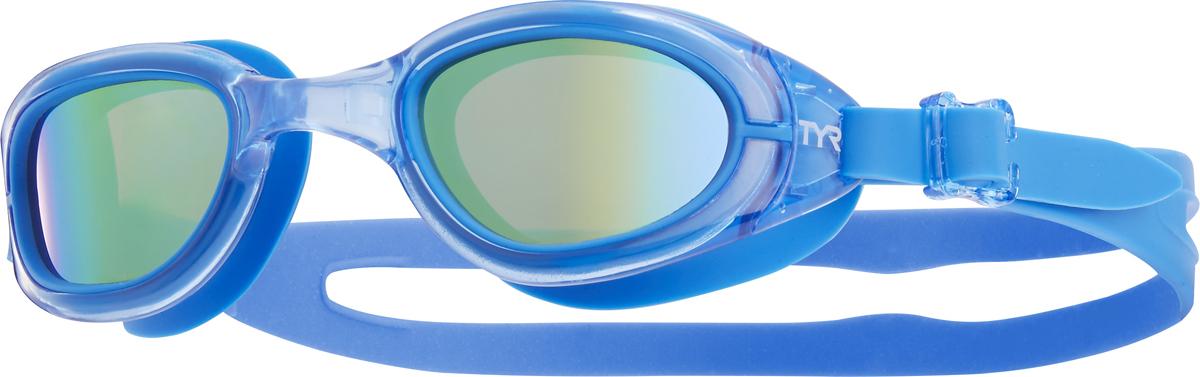 Очки для плавания Tyr Special Ops 2.0 Jr. Polarized, цвет: золотой, голубой, голубой. LGSPJRLGSPJRБудь самым быстрым с очками Special Ops 2.0 Junior Polarized, какой бы вид плавания ты не выбрал! Special Ops 2.0 Junior Polarized – наши самые лучшие очки для универсального использования. Они идеально подойдут для триатлона, плавания на открытой воде или тренировок в бассейне. Посадка очков для плавания Special Ops 2.0 Junior Polarized, создана специально для юных пловцов и рекомендована для подростков в возрасте от 10 до 16 лет. Имеющие в своем арсенале поляризационные линзы, обеспечивают ясность, оптическую точность и комфорт, отфильтровывая 99.9% бликов, отраженных от поверхности воды, которые приводят к усталости глаз и ухудшают качество видимости. Конструкция этих очков включает фирменный уплотнитель TYR Durafit. Мягкий износостойкий гипоаллергенный силикон, из которого создан уплотнитель, обеспечивает непревзойденный комфорт посадки. Уплотнитель сохраняет защиту от протекания и форму в течение всего срока службы. Широкий периферический обзор для оптимальной видимости в воде. Линзы из поликарбоната с защитой от ультрафиолетовых лучей обработаны антифогом. Монолитная обтекаемая конструкция очков обеспечивает комфортную и надежную посадку для разных типов лица. Двойной ремешок очков гарантирует надежную фиксацию.