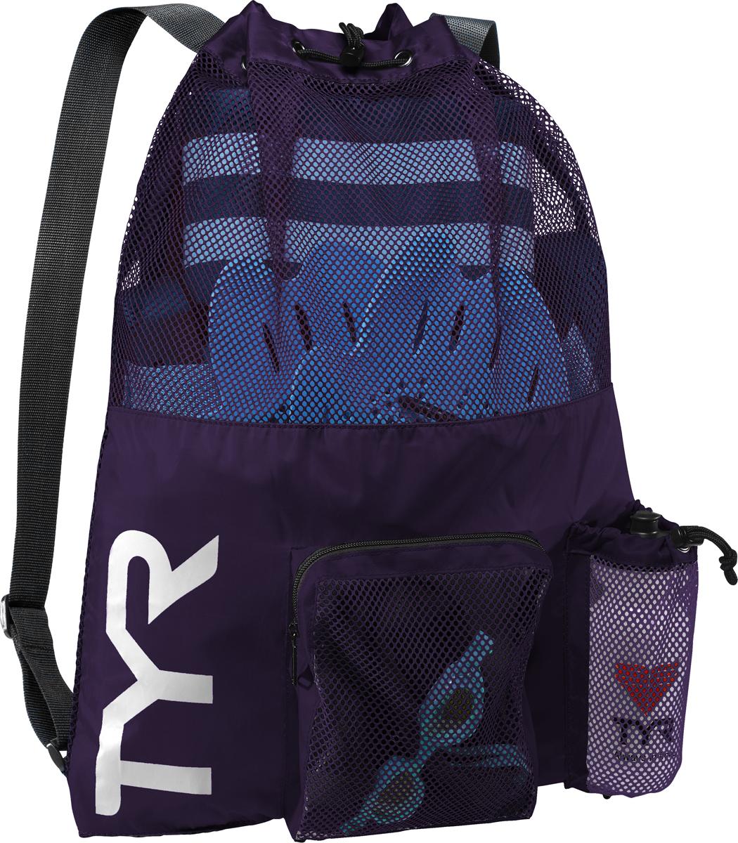 Рюкзак для аксессуаров Tyr Big Mesh Mummy Backpack, цвет: фиолетовый. LBMMB3LBMMB3Рюкзак TYR является идеальным выбором для транспортировки влажной плавательной экипировки. Его очень комфортно носить на спине благодаря удобным лямкам и сетчатой проветриваемой поверхности. Мешок сделан из легкого и прочного материала, который обеспечивает долгий срок службы. Мешок имеет боковой карман на молнии и карман для бутылки. Благодаря устойчивости к влаге можно брать с собой как в бассейн, так и на пляж.