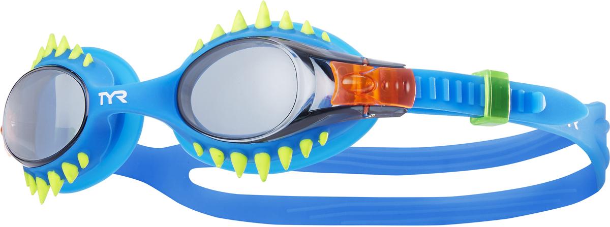 Очки для плавания Tyr Swimple Spikes, цвет: дымчатый, голубой, голубой. LGSWSPKLGSWSPKДетские очки для плавания TYR Swimples Spike предназначены как для тренировок, так и для активного отдыха. Прочный, гипоаллргенный силиконовый уплотнитель способствует комфортной посадке очков для плавания. Специальные линзы из поликарбоната с защитой от разбития на мелкие осколки, покрыты антизапотевающим составом и защищены от ультрафиолетовых лучей. Двойной силиконовый ремешок удобен для использования детьми.