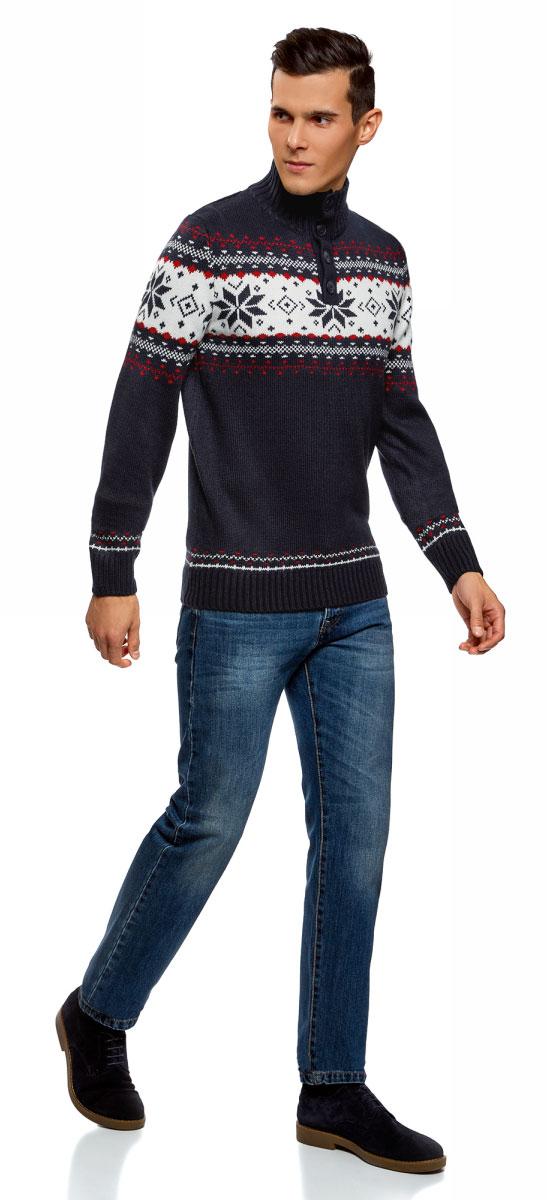 Свитер мужской oodji Lab, цвет: темно-синий, красный. 4L305039M/44012N/7945J. Размер S (46/48)4L305039M/44012N/7945JСтильный мужской свитер, связанный из акриловой пряжи, отлично дополнит ваш гардероб. Модель с длинными рукавами и воротником-стойкой дополнена застежками-пуговицами. Низ изделия, манжеты и горловина связаны резинкой.