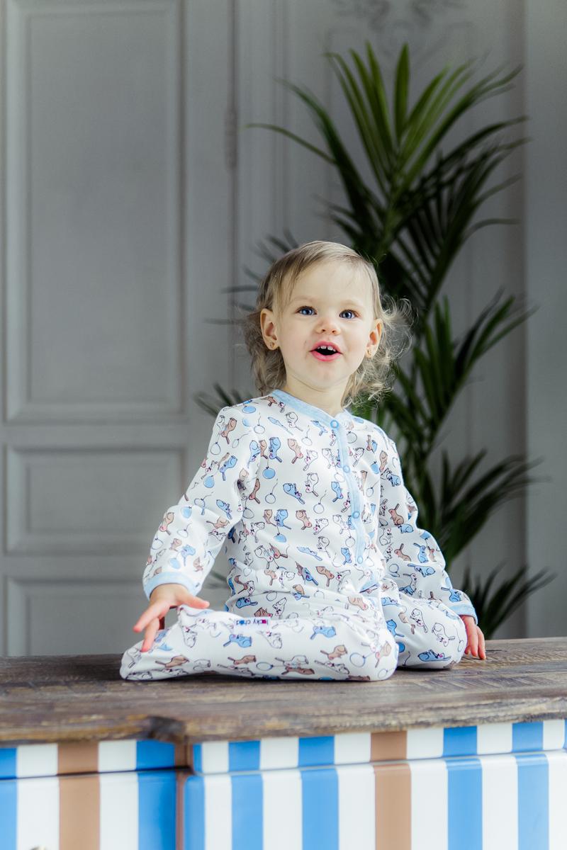 Комбинезон домашний детский Luky Child, цвет: молочный, голубой. А1-101/цв. Размер 74/80А1-101/цвДетский комбинезон Lucky Child - очень удобный и практичный вид одежды для малышей. Комбинезон выполнен из натурального хлопка, благодаря чему он необычайно мягкий и приятный на ощупь, не раздражают нежную кожу ребенка и хорошо вентилируются, а эластичные швы приятны телу малыша и не препятствуют его движениям. Комбинезон с длинными рукавами и закрытыми ножками имеет застежки-кнопки от горловины до щиколоток, которые помогают легко переодеть младенца или сменить подгузник. С детским комбинезоном Lucky Child спинка и ножки вашего малыша всегда будут в тепле, он идеален для использования днем и незаменим ночью. Комбинезон полностью соответствует особенностям жизни младенца в ранний период, не стесняя и не ограничивая его в движениях!