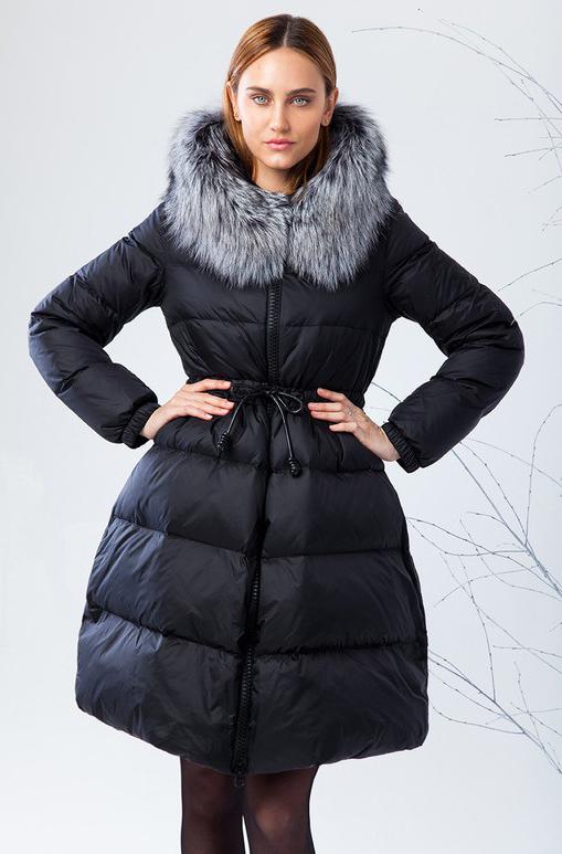 Куртка женская Clasna, цвет: черный. CW17D-133DP. Размер M (44)CW17D-133DP(701)Зимний женский пуховик от Clasna выполнен из высококачественного нейона с наполнителем из пуха. Модель с длинными рукавами и капюшоном застегивается на молнию, на талии дополнена затягивающимся шнурком. Капюшон, декорированный опушкой из искусственного меха, не отстегивается. Имеет внутренний накладной кармашек.